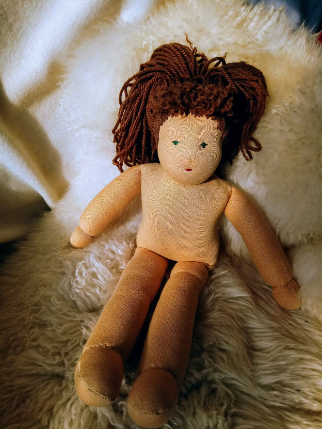 Bio-Stoffpuppe, Puppendoktor, Puppenreparatur, Puppenklinik, Puppenkrankenhaus, alte Puppe, neues Leben, handgemachte Puppe, handgefertigt, Wunschpuppe, individuelle Puppe passend zum Kind, ökofairliebt, bio-fair, Naturmaterial, Puppenhandwerk, nachhaltig