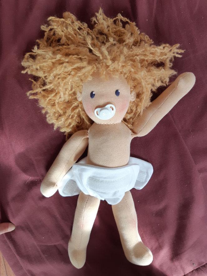 Puppenfreundin, Bio-Stoffpuppe, handgemachte Puppe, Waldorfart, handgefertigt, Puppenhandwerk, individuelle Puppe passend zum Kind, ökologische Kinderpuppe, Wunschpuppe, bio-fair, ökofairliebt, Naturmaterial, Selbstakzeptanz, Puppe mit Schnuller, nachhalt