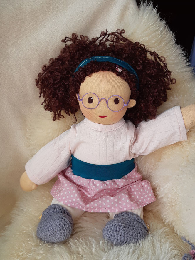 Bio-Stoffpuppe, mit Brille, handgemachte Puppe, Handarbeit, Waldorfart, Wunschpuppe, inneres Kind Puppe, das innere Kind heilen, Selbstakzeptanz, Selbstliebe, Selbstfürsorge, Therapie, individuelle Puppe passend zum Kind, die aussieht wie man selbst, öko