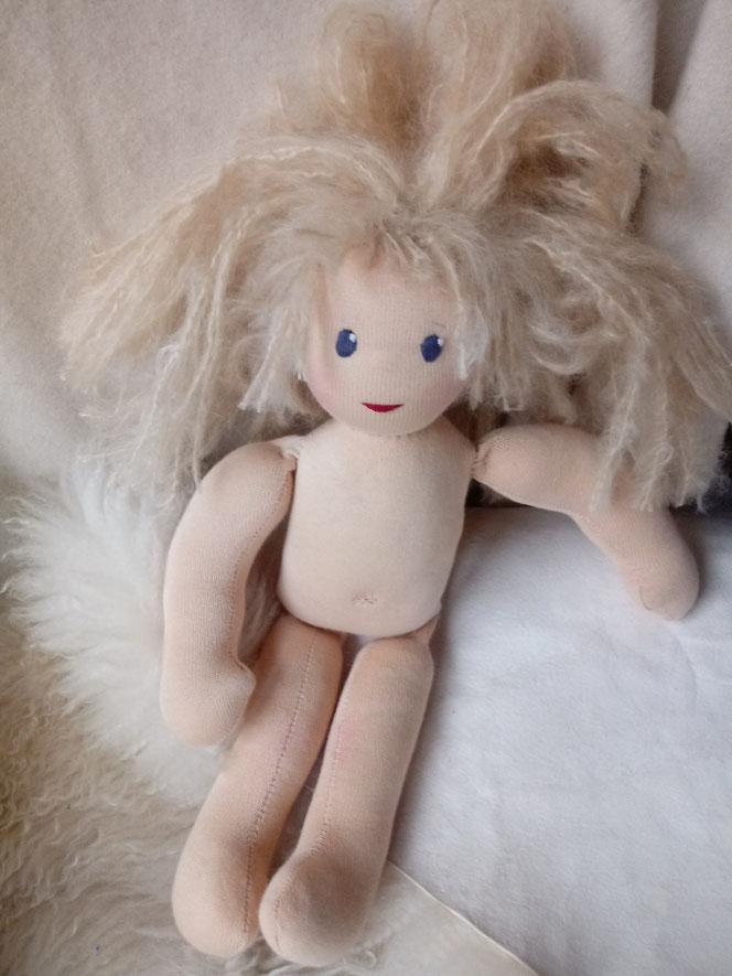Bio-Stoffpuppe, individuelle Puppe passend zum Kind, Waldorfart, Wunschpuppe, ökologische Kinderpuppe, bio-fair, ökofairliebt, Selbstakzeptanz stärken, Naturmaterial, Puppenhandwerk,  nachhaltiges Spielzeug, plastikfrei, Puppe mit Leberfleck, Muttermal
