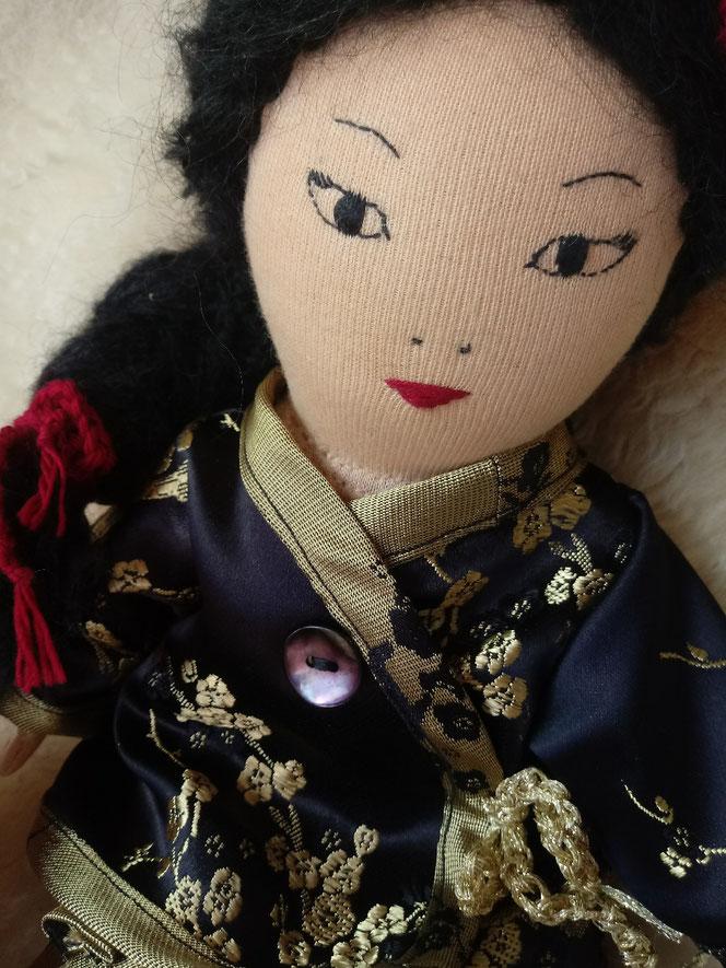 asiatische Puppe, Stoffpuppe, Waldorfart, chinesische Puppe, alte Puppe, Puppenreparatur, Puppendoktor, Puppenklinik, Puppenkrankenhaus, Wunschpuppe, individuelle Puppe, Puppenhandwerk, handgemachte Stoffpuppe, handgefertigt, Künstlerpuppe