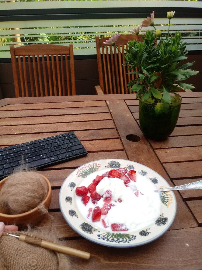 Erdbeeren, Handarbeit im Freien
