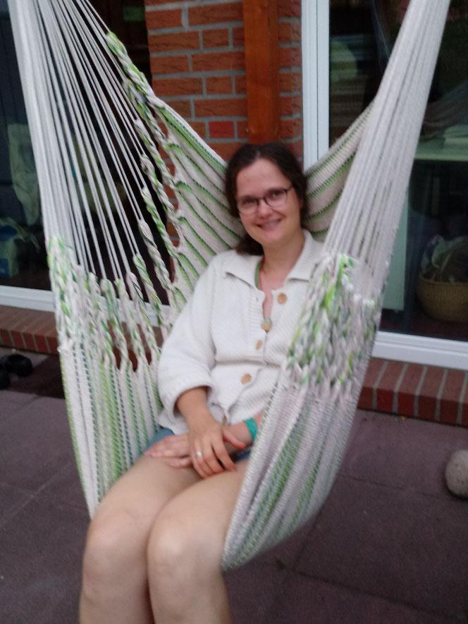 Jenny in ihrem neuen, selbst angebrachten Hängematten-Sessel... leider etwas unscharf, da es schon dämmerte...  :-)