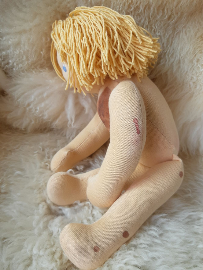Bio-Stoffpuppe, individuelle Puppe passend zum Kind, Waldorfart, Nävuspuppe, Puppe mit Riesenmuttermal, Nävi, Muttermal, Wunschpuppe, öko-fairliebt, Naturmaterial, bio-fair, Puppenhandwerk, Puppe mit Narbe, Puppenfreundin fürs Leben, Empowerment