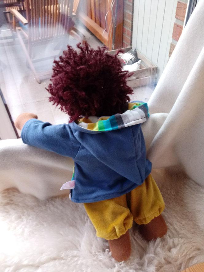 Bio-Stoffpuppe, individuelle Puppe passend zum Kind, Waldorfart, schwarze Puppe, Empowerment, genderneutral, Erziehung, Wunschpuppe, ökologische Kinderpuppe, bio-fair, ökofairliebt, Selbstakzeptanz bei Kindern stärken, Naturmaterial, Puppenhandwerk, Puppe
