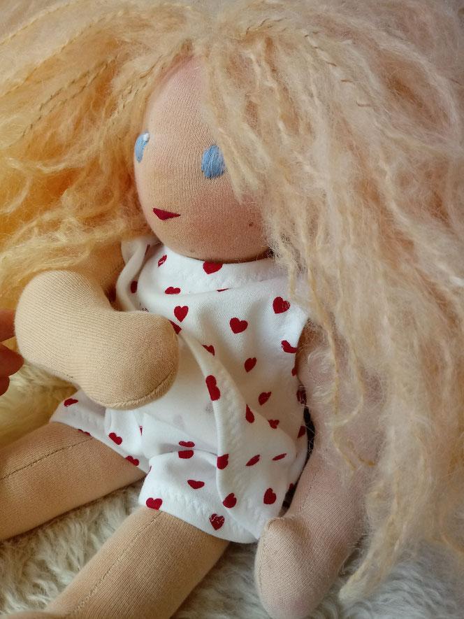 handgemachte Stoffpuppe, Bio-Stoffpuppe, Waldorfart, handgefertigt, Wunschpuppe, individduelle Puppe passend zum Kind, Puppenfreundin, Naturmaterial, Puppenhandwerk, ökofairliebt, bio-fair, Waldorferziehung