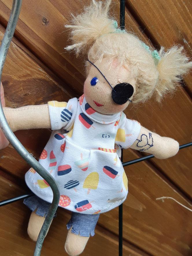 Bio-Stoffpuppe, individuelle Puppe passend zum Kind, Waldorfart, Puppe mit Sommersprossen, Empowerment, Wunschpuppe, ökologische Kinderpuppe, bio-fair, ökofairliebt, Piratenpuppe, Selbstakzeptanz, Naturmaterial, Puppenhandwerk, handgemacht