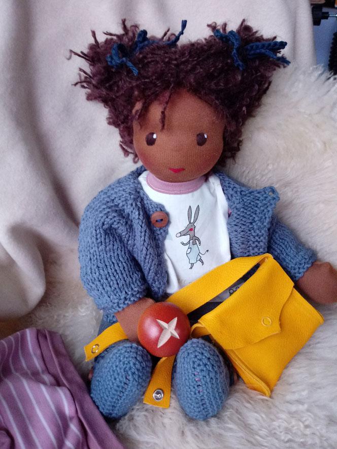 Bio-Stoffpuppe, handgemacht, handgefertigt, individuelle Puppe passend zum Kind, Wunschpuppe, schwarze Puppe, Puppe mit dunkler Hautfarbe, afrikanisch, ökofairliebt, bio-fair, Naturmaterial, antirassistisch, genderneutral, vorurteilsfrei, Puppentasche