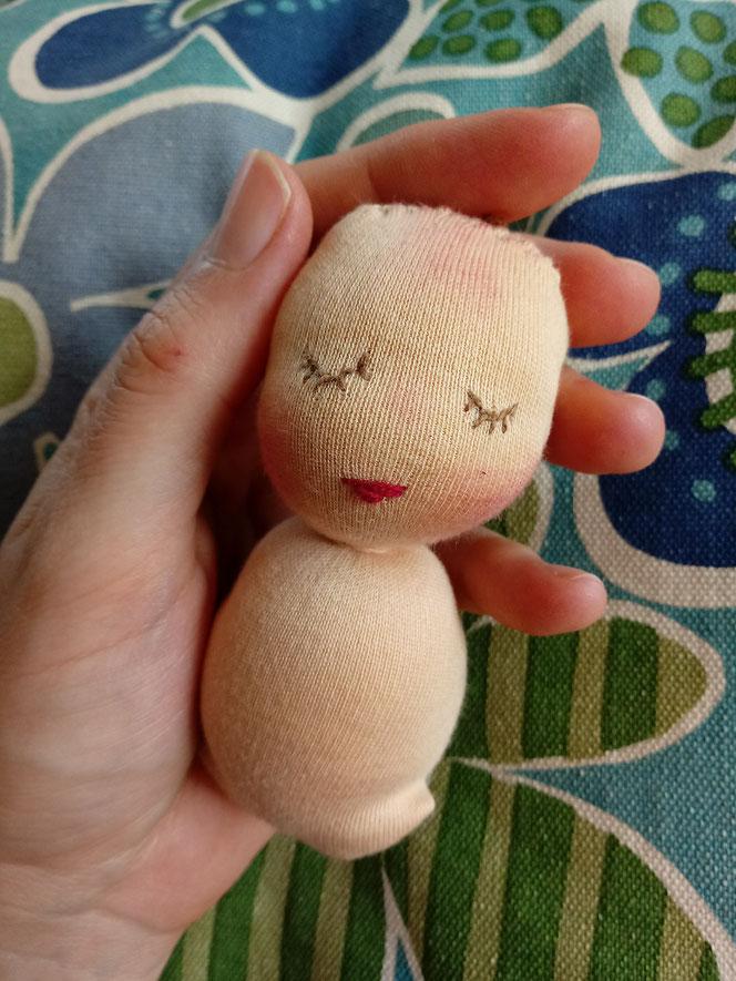 Nuckelpüppchen, Puppenmacherei, Dollmaking, Greifling, erste Puppe, handgemachte Puppe, Handarbeit, Bio-Stoffpuppe, Puppenhandwerk, bio-fair, Nachhaltig, Naturmaterial, Schmusepüppchen, Geburtsgeschenk, Taufgeschenk