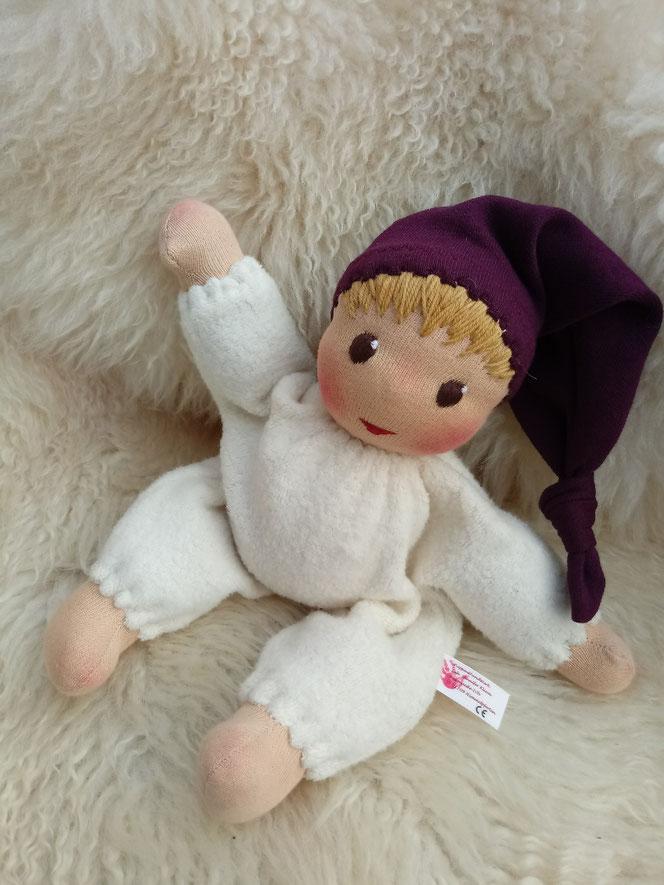 Bio-Stoffpuppe, handgemacht, handgefertigt, Waldorfart, Schlamperle, erste Puppe, Erstlingspuppe, Wunschpuppe, individuelle Puppe passend zum Kind, Puppenfreund, Puppenfreundin, Nuckelpüppchen, Nuckelpuppe, Greifling, Puppenhandwerk, ökologische Puppe