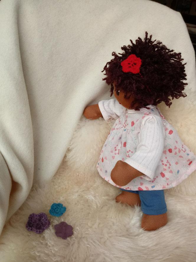 Bio-Stoffpuppe, afrikanische Stoffpuppe, dunkelhäutige Puppe, farbige Puppe, afro-amerikanische Puppe, handgemachte Puppe, Puppenhandwerk, Wunschpuppe, individuelle Puppe passend zum Kind, ökologische Kinderpuppe, bio-fair, Naturmaterial, Puppenfreund