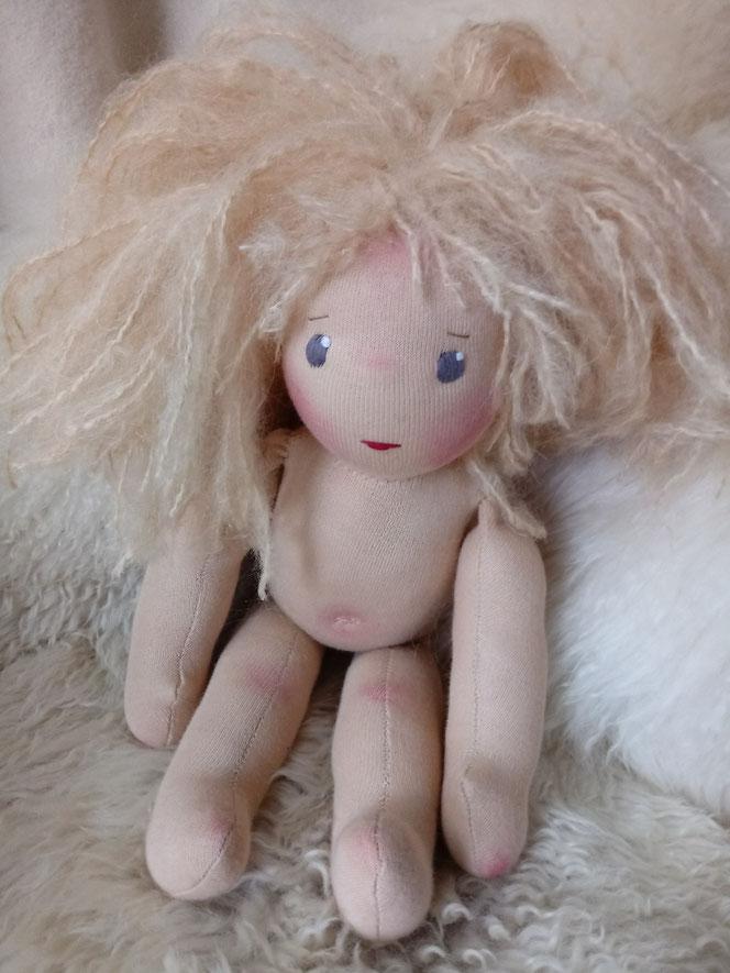 handgemachte Stoffpuppe, Bio-Stoffpuppe, Wunschpuppe, individuelle Puppe passend zum Kind, ökologische Kinderpuppe, bio-fair, Waldorfart, Puppenhandwerk, Puppenfreundin, Naturmaterial
