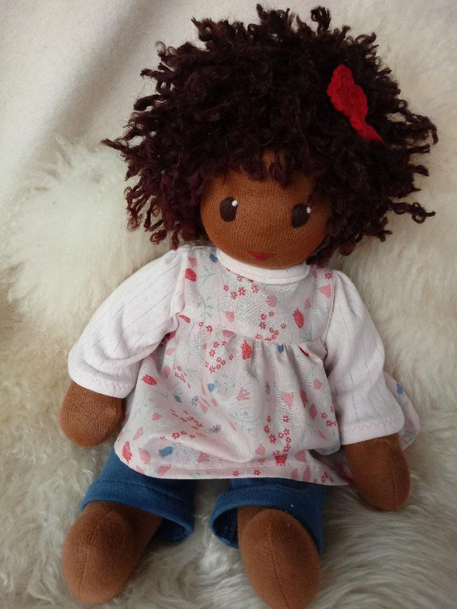 Bio-Stoffpuppe, afrikanische Stoffpuppe, dunkelhäutige Puppe, farbige Puppe, afro-amerikanische Puppe, handgemachte Puppe, Puppenhandwerk, Wunschpuppe, individuelle Puppe passend zum Kind, ökologische Kinderpuppe, bio-fair, Naturmaterial, Waldorfart