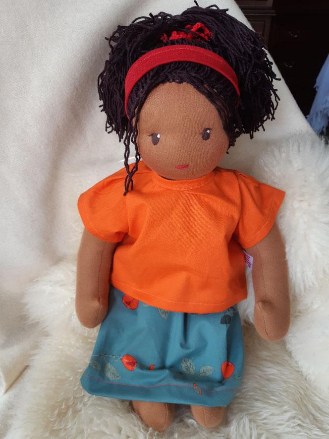 Bio-Stoffpuppe, individuelle Puppe passend zum Kind, Waldorfart, schwarze Puppe, Empowerment, asiatische Puppe, Wunschpuppe, ökologische Kinderpuppe, bio-fair, ökofairliebt, Selbstakzeptanz bei Kindern stärken, Naturmaterial, Puppenhandwerk, Puppe