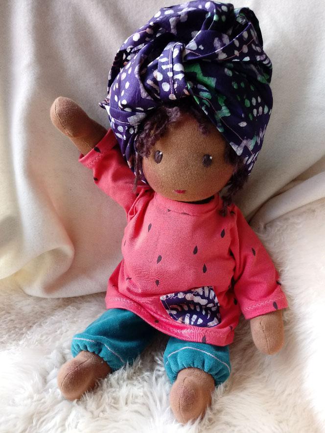 handgemachte Puppe, Waldorfart, Bio-Stoffpuppe, Handarbeit, dunkelhäutige Puppe, afrikanisch, farbige Puppe, afroamerikanisch, Wunschpuppe, individuell, Kinderpuppe, ökologisch, bio-fair, fairliebt, Puppenhandwerk, Puppenfreundin, passend zum Kind