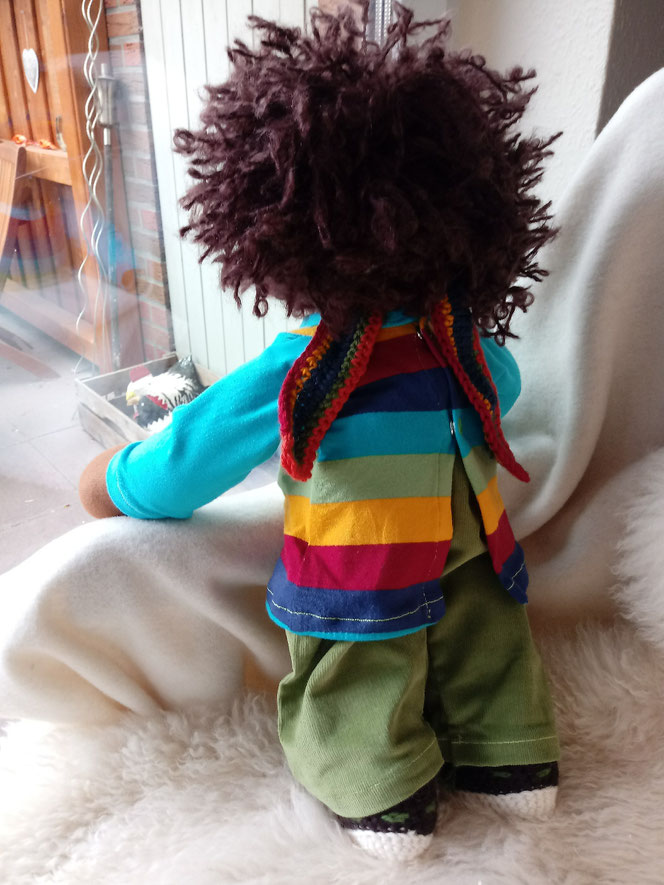 Bio-Stoffpuppe, genderneutral, anti-rassistisch, Puppe mit dunkler Haut, schwarze Puppe, afrikanische Stoffpuppe, Wunschpuppe, individuelle Puppe, passend zum Kind, Puppenhandwerk, Regenbogen, ökofairliebt, Empowerment für Kinder, LGBTQI-Puppe