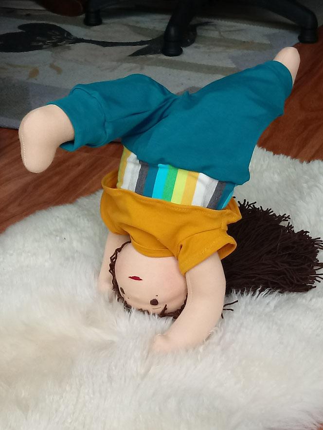 Bio-Stoffpuppe, individuelle Wunschpuppe, Puppe für das innere Kind, Puppe im Yoga-Outfit, Heilung, Selbstakzeptanz, Selbstwert, Selbstbewusstsein, handgemachte Puppe, handgefertigt, Waldorfart, Puppenhandwerk, Naturmaterial, ökofairliebt, bio-fair