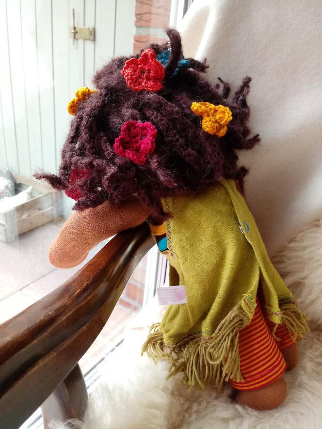 Bio-Stoffpuppe, Wunschpuppe, individuelle Puppe, Waldorfart, handgemachte Puppe, Puppenhandwerk, Stoffpuppe mit dunkler Hautfarbe, schwarze Puppe, dunkelhäutige Puppe, bio-fair, Naturmaterial, Wilma Wiesenwichtel, Annette Sperling, Haus Nr. 4, Kurspuppe