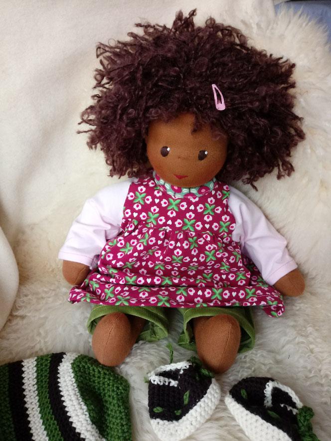 Bio-Stoffpuppe, genderneutral, anti-rassistisch, Puppe mit dunkler Haut, schwarze Puppe, afrikanische Stoffpuppe, Wunschpuppe, individuelle Puppe, passend zum Kind, Puppenhandwerk, Naturmaterial, ökofairliebt, bio-fair, ökologische Kinderpuppe, Begleiter