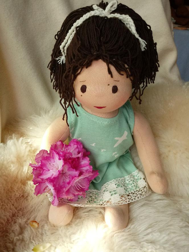 Bio-Stoffpuppe, handgemachte Puppe, Waldorfart, Wunschpuppe, individuelle Puppe, inneres Kind, heilen, Selbstakzeptanz, Selbstwert lernen, Puppenhandwerk, Puppenfreundin, Puppenfreundin, Arbeit mit dem inneren Kind, Naturmaterial, ökofairliebt, bio-fair