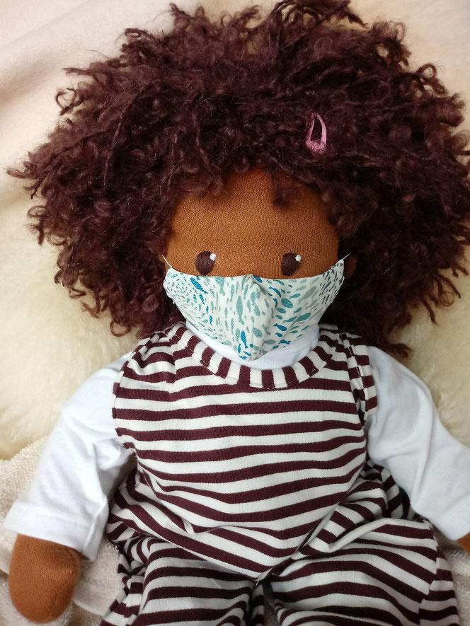 Bio-Stoffpuppe, genderneutral, anti-rassistisch, Puppe mit dunkler Haut, schwarze Puppe, afrikanische Stoffpuppe, Wunschpuppe, individuelle Puppe, passend zum Kind, Puppenhandwerk, Naturmaterial, Puppen-Mundschutz, Puppenmaske,  Puppen-Mund-Nase-Bedeckung