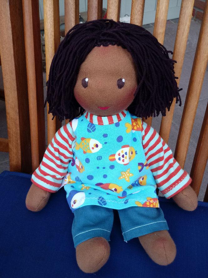 Bio-Stoffpuppe, afrikanische Puppe, dunkelhäutig, afro-amerikanisch. farbige Puppe, unisex, genderneutrale Puppe, Waldorfart, Wunschpuppe, ökofairliebt, biofair, individuelle Puppe passend zum Kind, Puppenhandwerk, handgemachte Stoffpuppe, Puppenfreund