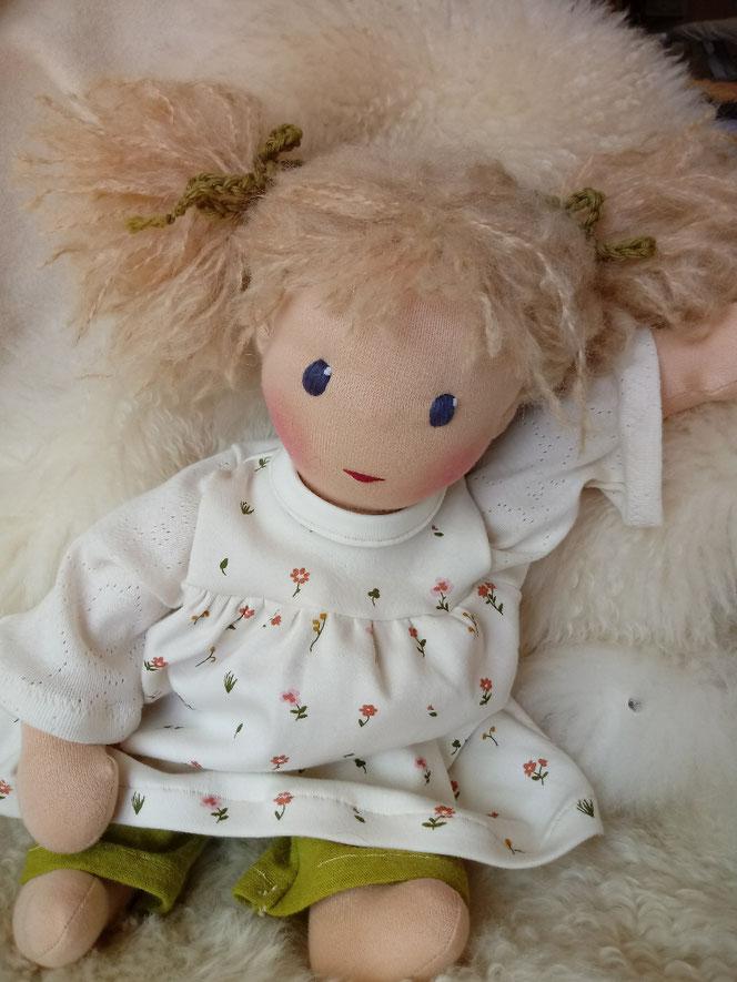 Bio-Stoffpuppe, handgemacht, handgefertigt, Puppenhandwerk, Waldorfart, Wunschpuppe, individuelle Puppe passend zum Kind, ökologische Kinderpuppe, Puppenfreundin, Selbstakzeptanz, Leberflecken, Empowerment, Kinder stärken, Naturmaterial, ökofairliebt
