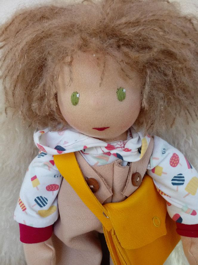 Bio-Stoffpuppe, inneres Kind, Wunschpuppe, individuelle Puppe, Arbeit mit dem inneren Kind, eine Puppe für das innere Kind, Puppenhandwerk, Waldorfart, ökologisch, bio-fair, ökofairliebt, Naturmaterial, Empowerment, Puppenfreundin, ökologische Kinderpuppe
