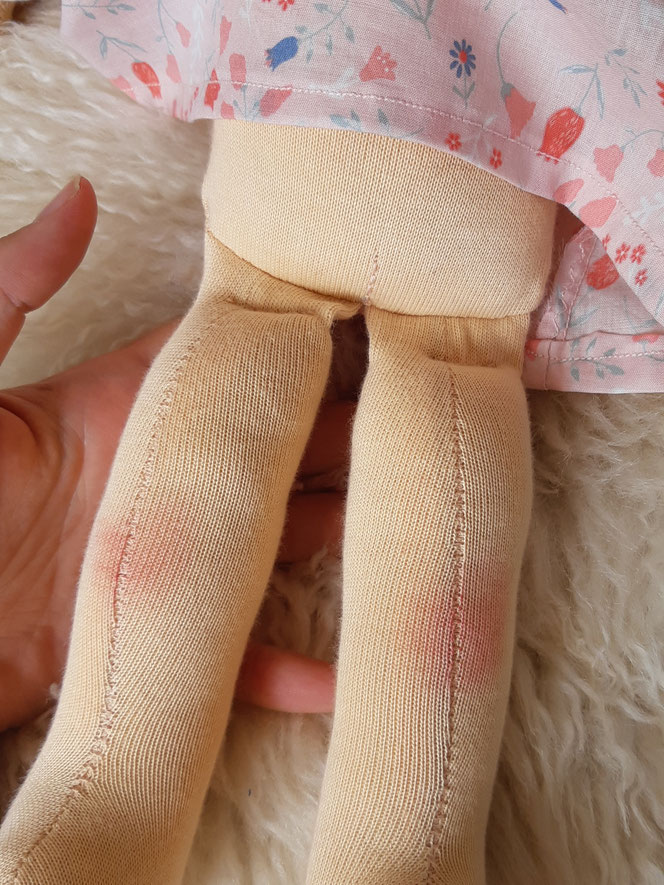 Bio-Stoffpuppe, individuelle Puppe passend zum Kind, Waldorfart, Puppe mit Leberfleck, Katzenaugen, Wunschpuppe, Puppe für das innere Kind, bio-fair, ökofairliebt, das innere Kind heilen, Naturmaterial, Puppenhandwerk, handgemacht