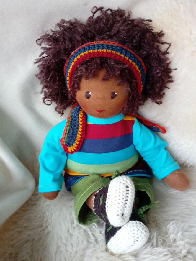 Bio-Stoffpuppe, genderneutral, anti-rassistisch, Puppe mit dunkler Haut, schwarze Puppe, afrikanische Stoffpuppe, Wunschpuppe, individuelle Puppe, passend zum Kind, Puppenhandwerk, Empowerment f. Kinder, ökofairliebt, ökologische Kinderpuppe, LGBTQI-Puppe