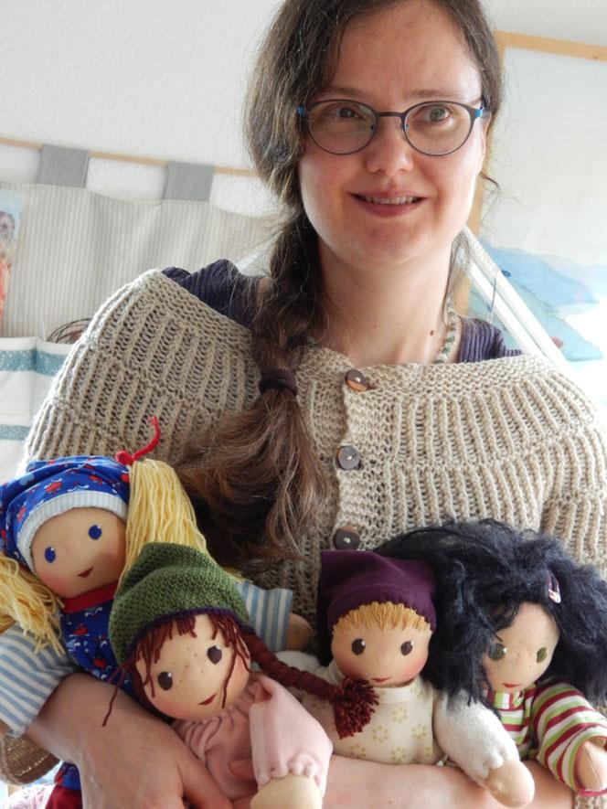 Puppenmacherin, handgemachte Stoffpuppe, Waldorfart, individuelle Puppe passend zum Kind, Wunschpuppe, Puppe nach Wunsch, Puppenhandwerk, Heilung des inneren Kindes, Puppe für das innere Kind, Waldorferziehung, Waldorfpädagogik, Jennifer Kliem-Pärsch