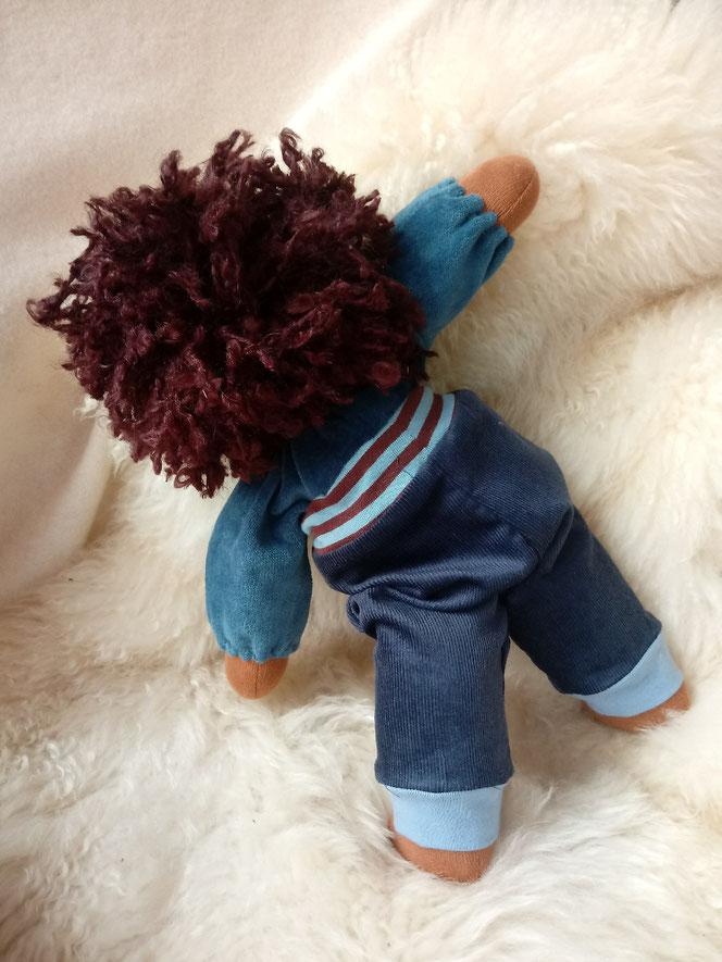Bio-Stoffpuppe, schwarz, dunkel, handgemachte Puppe, Puppenhandwerk, afrikanische Stoffpuppe, afro-amerikanisch, Steiner Puppe, Waldorfart, individuelle Puppe, Wunschpuppe, bio-fair, Naturmaterial, Puppenfreund, genderneutral, unisex Puppe, Empowerment