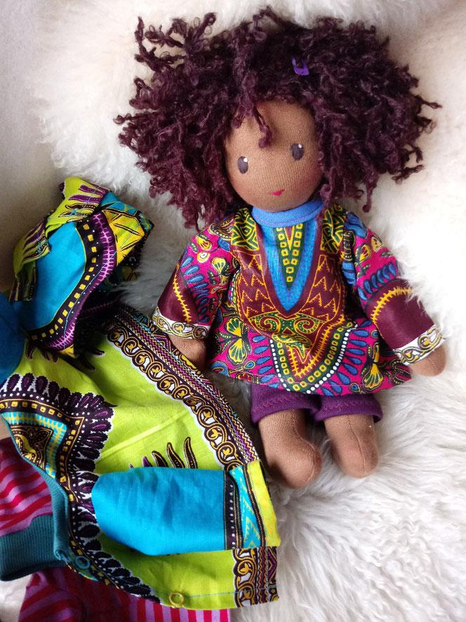 handgemachte Stoffpuppe, Waldorfart, afrikanische Puppe, dunkelhäutig, dunkle Puppe, afroamerikanisch, Gambia, individuelle Stoffpuppe, Wunschpuppe, Puppe passend zum Kind, ökofairliebt, ökologische Kinderpuppe, Naturmaterial, Puppenhandwerk, bio-fair
