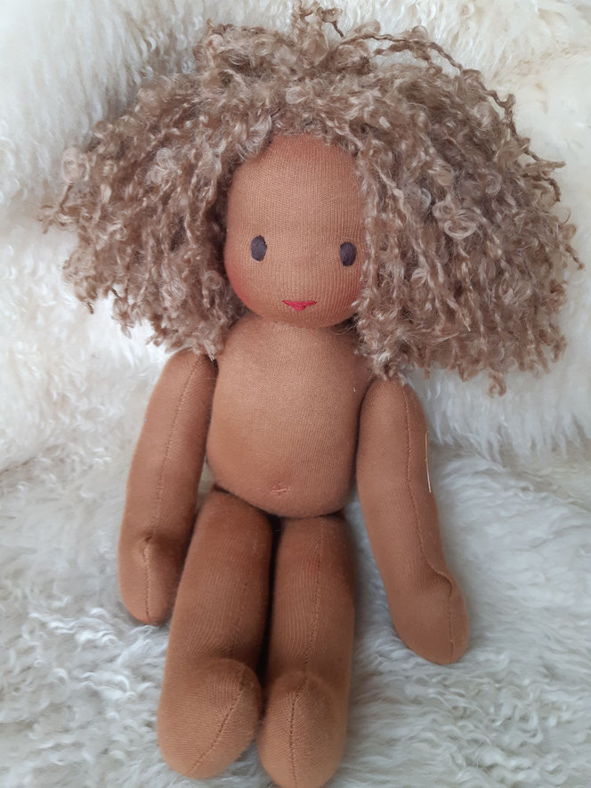 Bio-Stoffpuppe, individuelle Puppe passend zum Kind, Waldorfart, schwarze Puppe, Empowerment, Wunschpuppe, ökologische Kinderpuppe, bio-fair, ökofairliebt, Selbstakzeptanz, Naturmaterial, Puppenhandwerk, Puppenfreundin, afrikanische Puppe