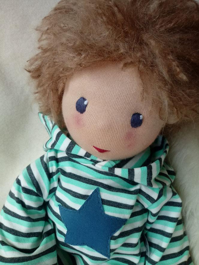 Bio-Stoffpuppe, Puppenhandwerk, Waldorfart, Wunschpuppe, individuelle Puppe passend zum Kind, handgemachte Puppe, Puppenfreund, Puppe für Kind mit Gefäßerkrankung, Puppe mit roten Flecken, aufgemalt, Immunreaktion, Seelentröster, PuppeLeberfleck,Muttermal