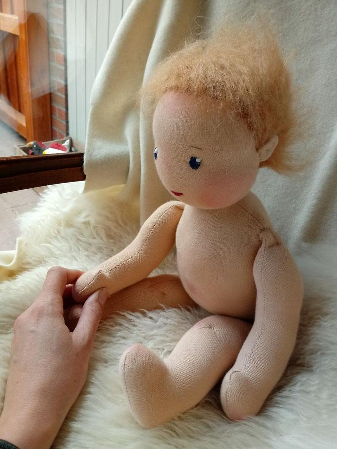 handgemachte Puppe, Bio-Stoffpuppe, individuelle Puppe, Wunschpuppe, Handarbeit, Waldorfart, Puppe passend zum Kind, ökologische Kinderpuppe, Puppenhandwerk, Puppenfreundin, Puppenbegleiterin, bio-faire Naturmaterialien, ökofairliebt, Pärsch
