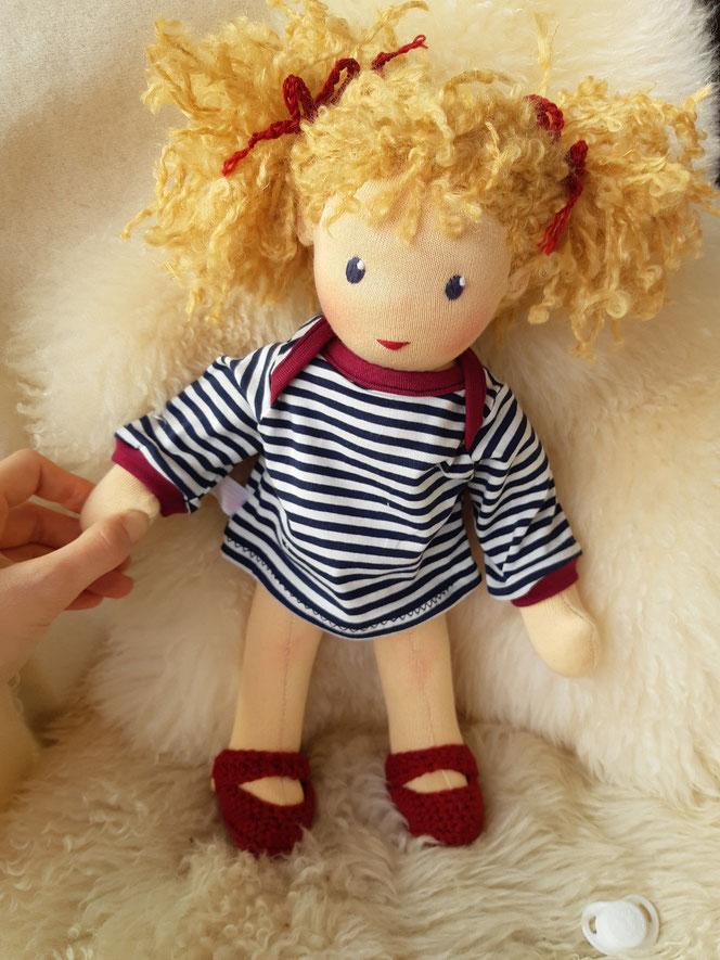 Puppenfreundin, Bio-Stoffpuppe, handgemachte Puppe, Waldorfart, handgefertigt, Puppenhandwerk, individuelle Puppe passend zum Kind, ökologische Kinderpuppe, Wunschpuppe, bio-fair, ökofairliebt, Naturmaterial, Selbstakzeptanz, nachhaltiges Spielzeug