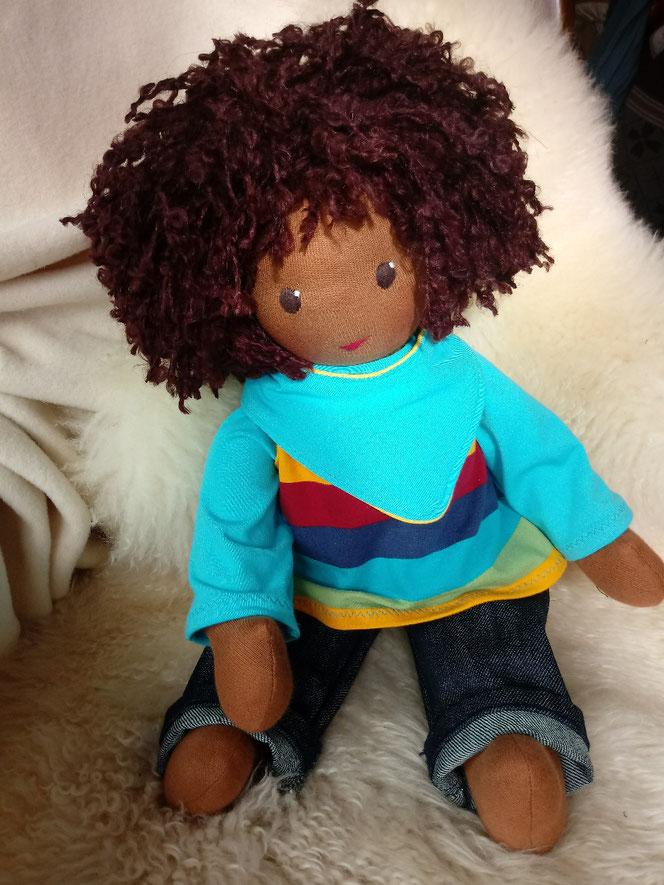 Bio-Stoffpuppe, handgemachte Puppe, individuelle Wunschpuppe, dunkelhäutige Puppe, farbige Puppe, afrikanische Stoffpuppe, afroamerikanische Puppe, genderneutrale Puppe, geschlechtsneutral, unisex, empowernd, Puppenhandwerk, Puppenfreund, ökofairliebt