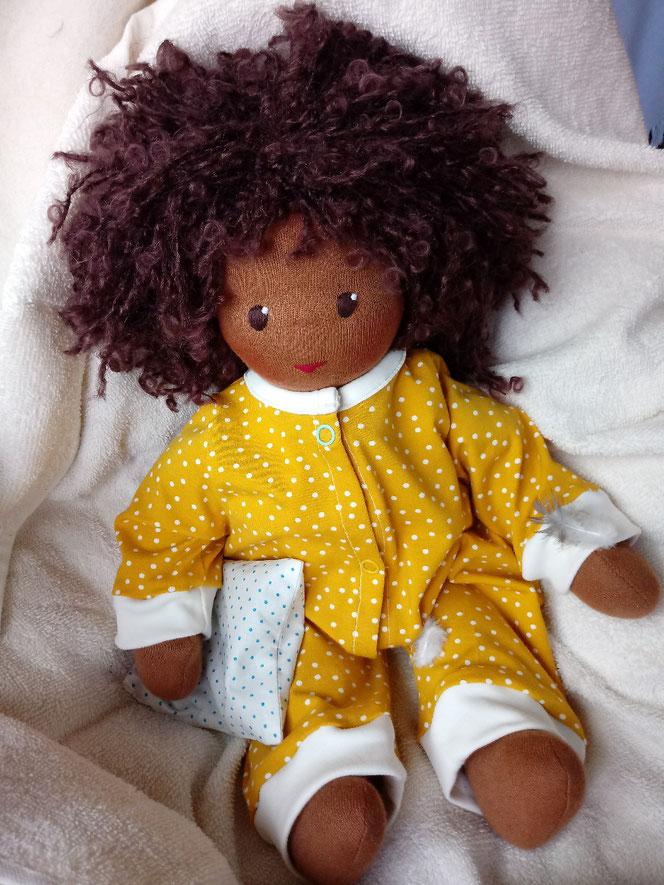Bio-Stoffpuppe, genderneutral, anti-rassistisch, Puppe mit dunkler Haut, schwarze Puppe, afrikanische Stoffpuppe, Wunschpuppe, individuelle Puppe, passend zum Kind, Puppenhandwerk, Naturmaterial, ökofairliebt, bio-fair, Empowerment f. Kinder, Begleiter
