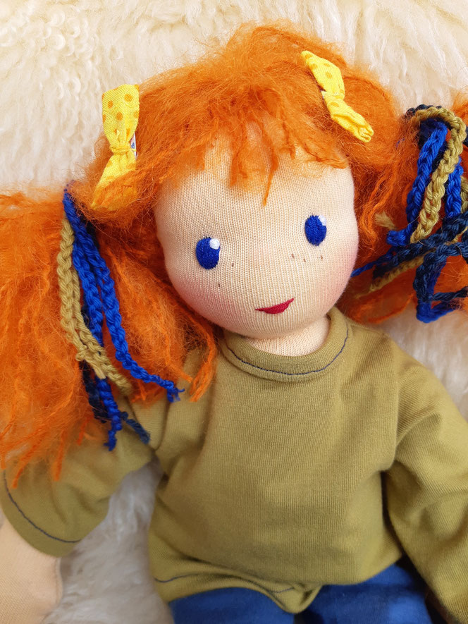 Bio-Stoffpuppe, individuelle Puppe, handgemacht, Waldorfart, Puppe für die Arbeit mit dem inneren Kind, innere Kind Puppe, Therapiepuppe, Arbeit mit traumatisierten Kindern, Wunschpuppe, Selbstakzeptanz bei Kindern stärken, Naturmaterial, Puppenhandwerk