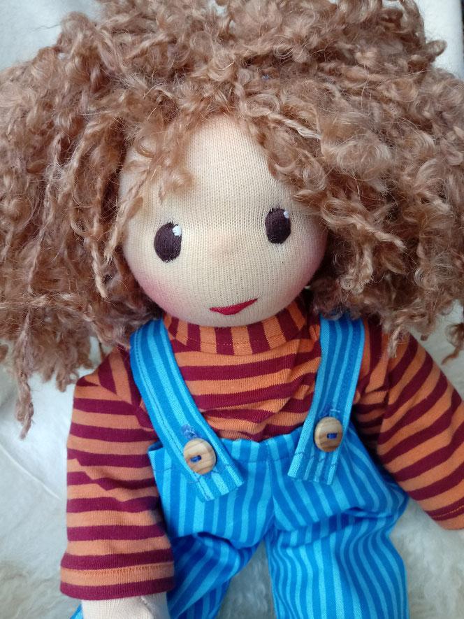 Bio-Stoffpuppe, individuelle Puppe passend zum Kind, Waldorfart, genderneutral, handgemacht, Wunschpuppe, ökologisch, bio-fair, ökofairliebt, Selbstakzeptanz, Naturmaterial, Puppenhandwerk, Achtsamkeit, nachhaltiges Spielzeug, plastikfrei, Puppe Feuermal