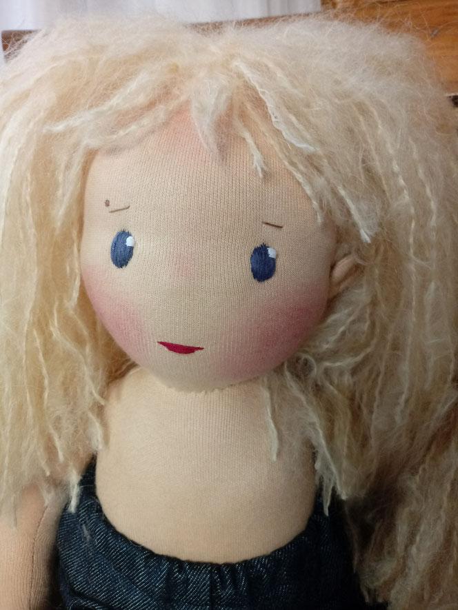 Stoffpuppe, Bio-Stoffpuppe, Waldorfart, ökologische Kinderpuppe, Wunschpuppe, individuelle Puppe passend zum Kind, handgemachte Puppe, Puppenhandwerk, Jennifer Kliem, Jennys Puppen, Puppenfreundin, Puppenschwester, Puppe mit Leberfleck, Muttermal