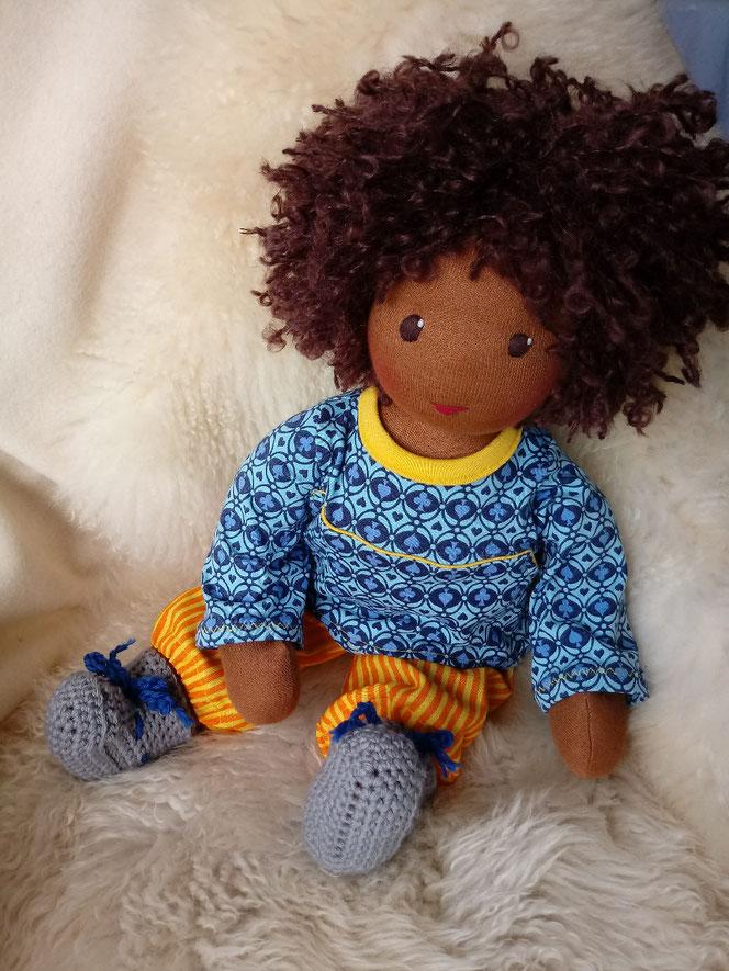 Bio-Stoffpuppe, genderneutrale Puppe, dunkelhäutige Puppe, afrikanische Puppe, farbig, afro-amerikanisch, dunkle Puppe, empowernd, individuell, unisex, fair, handgemacht, Puppenhandwerk, vorurteilsfreie Erziehung, Waldorfart, Waldorfpädagogik, Wunschpuppe
