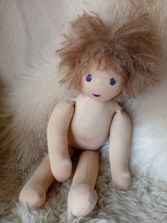 Bio-Stoffpuppe, individuelle Puppe pssend zum Kind, Waldorfart, genderneutral, Erziehung, Wunschpuppe, ökologische Kinderpuppe, bio-fair, ökofairliebt, Selbstakzeptanz, Naturmaterial, Puppenhandwerk, Achtsamkeit, nachhaltiges Spielzeug, plastikfrei