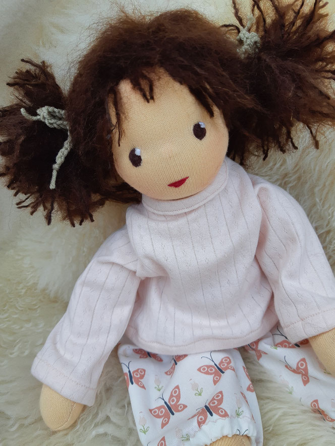 Bio-Stoffpuppe, individuelle Puppe passend zum Kind, Waldorfart, handgemachte Puppe, handgefertigt, Wunschpuppe, ökologische Kinderpuppe, bio-fair, ökofairliebt, Naturmaterial, Puppenhandwerk, Puppe fürs Leben, lebenslange Freundin, Geburtsgeschenk