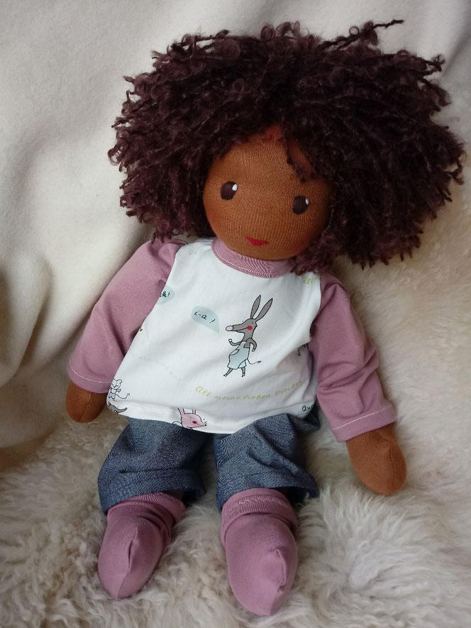 Bio-Stoffpuppe, handgemacht, handgefertigt, individuelle Puppe passend zum Kind, Wunschpuppe, schwarze Puppe, Puppe mit dunkler Hautfarbe, afrikanisch, ökofairliebt, bio-fair, Naturmaterial, antirassistisch, genderneutral, vorurteilsfrei, Puppenfreund