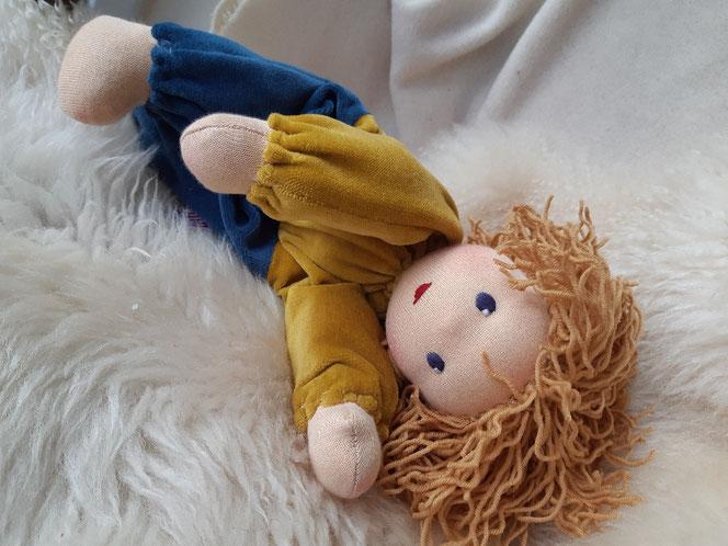 Bio-Stoffpuppe, individuelle Puppe passend zum Kind, Waldorfart, Schlamperle, Wunschpuppe, ökologische Kinderpuppe, bio-fair, ökofairliebt, Selbstakzeptanz bei Kindern stärken, Naturmaterial, Puppenhandwerk, Jungspuppe, Leberfleck, handgemacht, erste Pupp