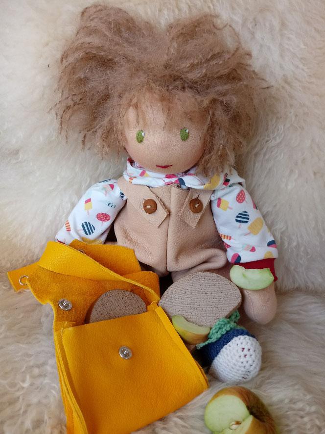 Bio-Stoffpuppe, inneres Kind, Wunschpuppe, individuelle Puppe, Arbeit mit dem inneren Kind, eine Puppe für das innere Kind, Puppenhandwerk, Waldorfart, ökologisch, bio-fair, ökofairliebt, Naturmaterial, Empowerment, Puppenfreundin, Crossbag, Puppentasche