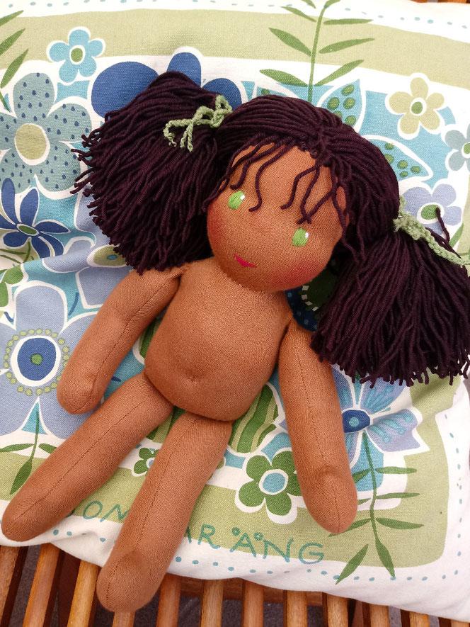 handgemachte Stoffpuppe, Bio, Puppenhandwerk, Waldorfart, afrikanische Stoffpuppe, afro-amerikanisch, farbige Puppe, dunkelhäutig, Wunschpuppe, ökofairliebt, individuell, passend zum Kind, nachhaltig, plastikfrei, ökologische Kinderpuppe, Puppenfreundin