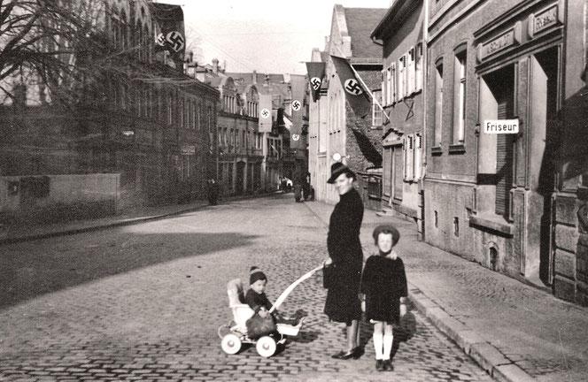 Blick in die Himmelsgasse- Alberts Frau Paula mit Kindern Inge und Manfred
